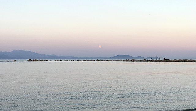 Семнадцать турецких чиновников сбежали на лодке в Грецию, сообщили СМИ