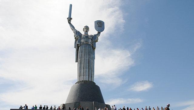Жители Киева у монумента Родина-мать