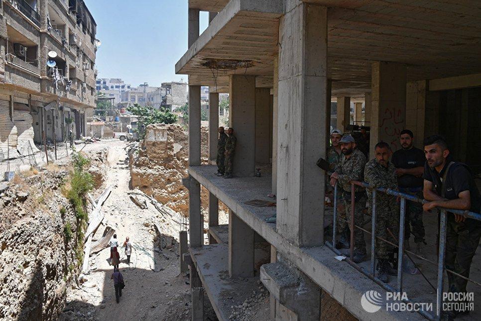 Военные в здании в квартале Кабун в пригороде Дамаска