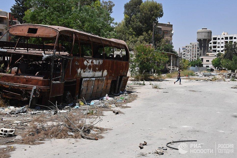 Жители на улице в квартале Кабун в пригороде Дамаска