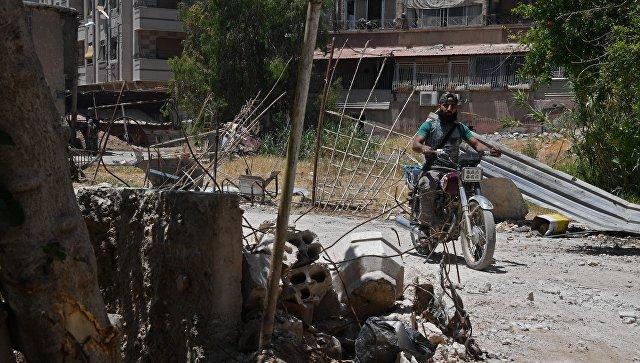 Мужчина на мотоцикле в квартале Кабун в пригороде Дамаска