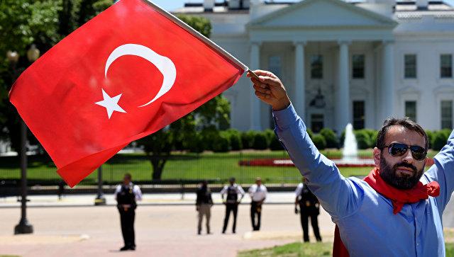 Сторонники президента Турции Реджепа Тайипа Эрдогана перед Белым домом в Вашингтоне. Архивное фото