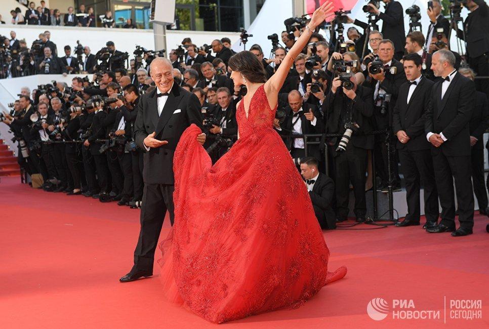 Глава ювелирного дома De Grisogono Фаваз Груози и модель Сара Сампайо на красной дорожке церемонии открытия 70-го Каннского международного кинофестиваля