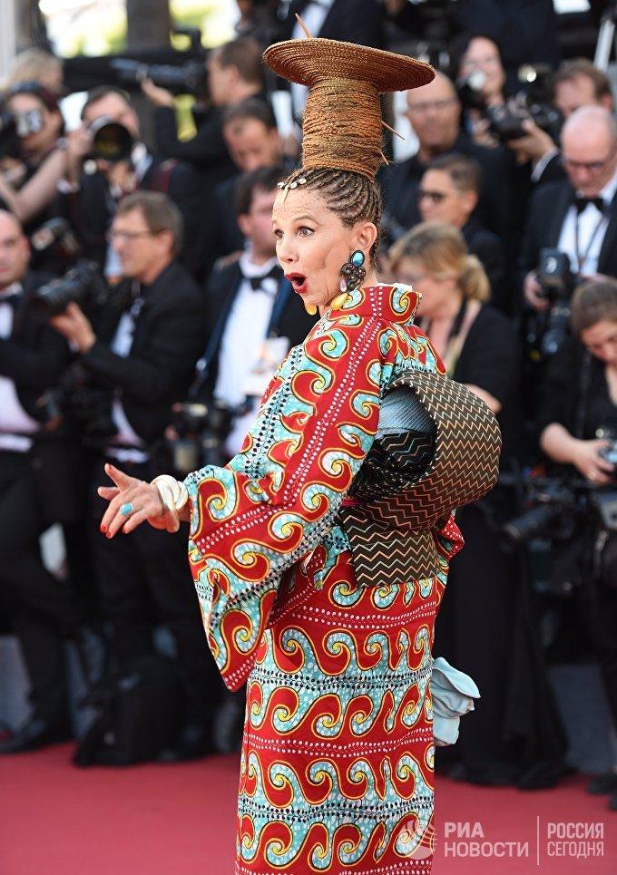 Актриса Виктория Абриль на красной дорожке церемонии открытия 70-го Каннского международного кинофестиваля