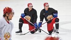 Евгений Дадонов и Никита Гусев во время тренировки перед четвертьфинальным матчем со сборной Чехии на чемпионате мира по хоккею во Франции. 17 мая 2017