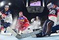 Игрок сборной Словакии Эдуард Шедивы, игрок сборной России Никита Кучеров и вратарь сборной Словакии Юлиус Гудачек в матче группового этапа чемпионата мира по хоккею 2017 между сборными командами России и Словакии