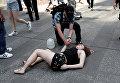 Пострадавшая в результате наезда автомобиля на людей на Таймс-Сквер в Нью-Йорке