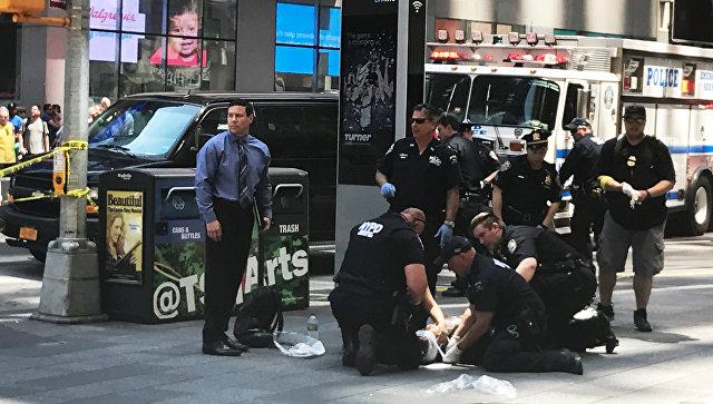 Полицейские на месте наезда автомобиля на людей на Таймс-Сквер в Нью-Йорке