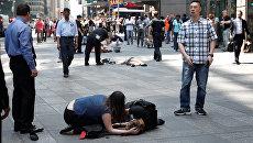 Пострадавшие на месте наезда автомобиля на людей на Таймс-Сквер в Нью-Йорке. 18 мая 2017