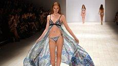 Модель во время показа коллекции Aqua Blu на неделе моды в Австралии