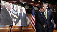Член комитета палаты представителей по разведке демократ Адам Шифф рядом с фотографией Дональда Трампа и Сергея Лаврова. 17 мая 2017