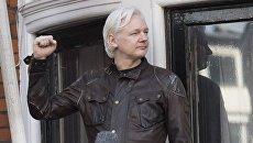 Сооснователь WikiLeaks Джулиан Ассанж на балконе здания посольства Эквадора в Лондоне. 19 мая 2017