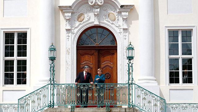 Президент Украины Петр Порошенко и канцлер Германии Ангела Меркель вовремя встречи в Берлине