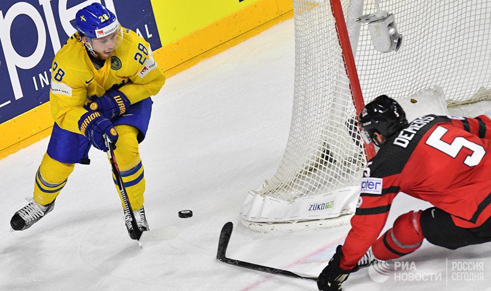 Игрок сборной Швеции Элиас Линдхольм и игрок сборной Канады Джейсон Демерс (справа) в финальном матче чемпионата мира по хоккею 2017 между сборными командами Канады и Швеции