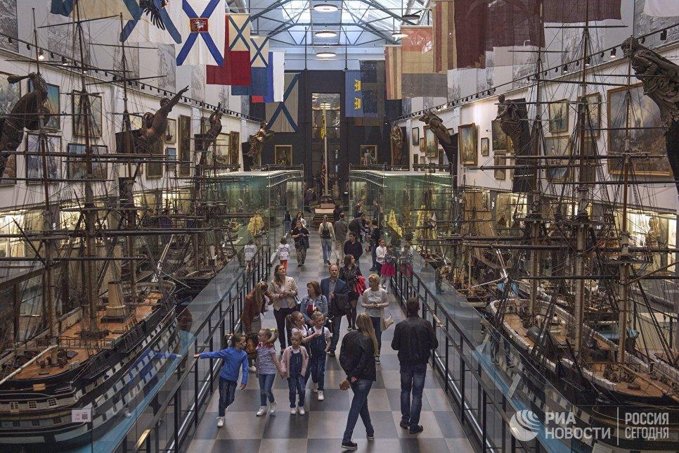 Посетители во время международной акции Ночь музеев в Центральном Военно-Морском музее в Санкт-Петербурге
