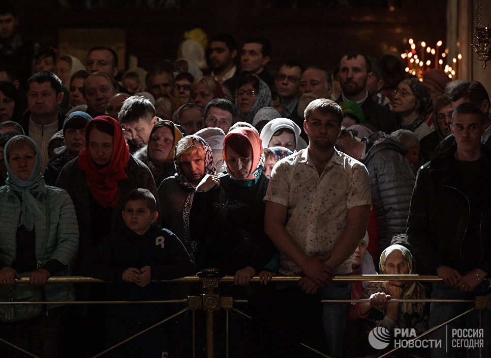 Верующие во время богослужения в храме Христа Спасителя, где находится ковчег с мощами святителя Николая Чудотворца