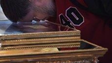 Поклонение верующих мощам святителя Николая Чудотворца в Храме Христа Спасителя. Архивное фото