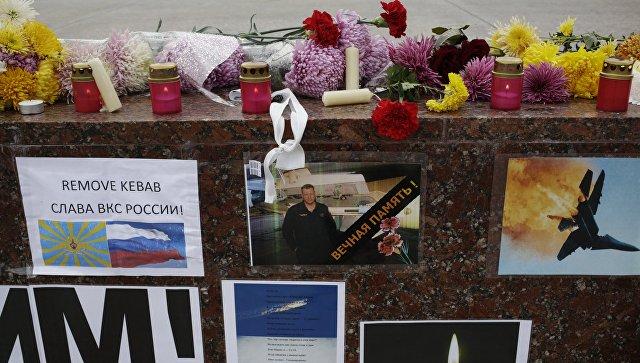 Плакаты, осуждающие атаку ВВС Турции на российский Су-24, на площади Ленина в Симферополе. Архивное фото