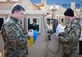 Президент Украины Петр Порошенко во время церемонии встречи самолета ВВС США с американскими бронеавтомобилями