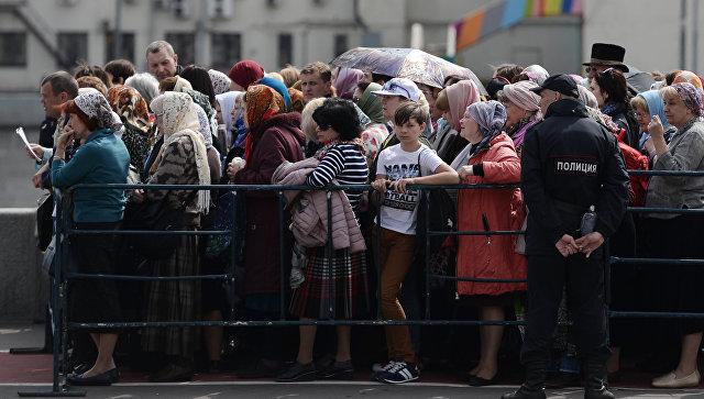Верующие стоят в очереди к храму Христа Спасителя, где находится ковчег с мощами святителя Николая Чудотворца. 23 мая 2017