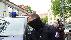 Сотрудник правоохранительных органов у здания Гоголь-центра, где проходят обыски.