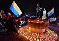 """Участники всеукраинской акции """"Зажги свечу"""" ставят символические лампады к мемориалу памяти жертв голодомора 1932-1933 годов в Киеве"""