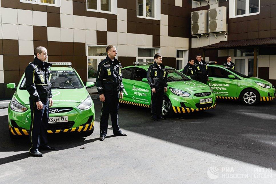 Сотрудники возле автомобилей новой службы ЦОДД Дорожный патруль