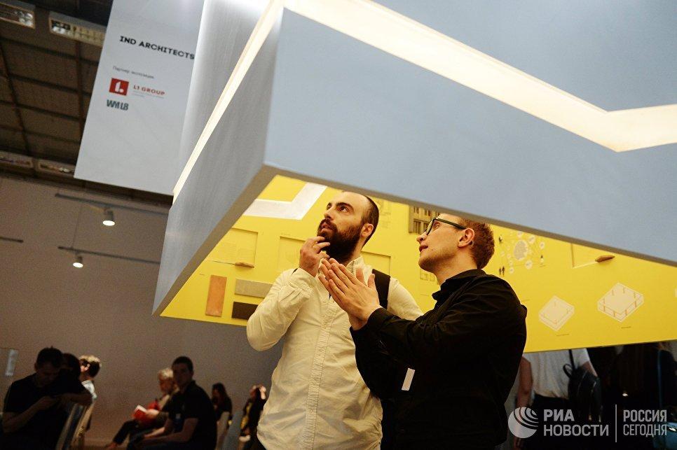Посетители выставки архитектуры и дизайна