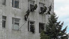 Штурм здания и уход из-под огня с раненым бойцом: второй этап учений ФСБ