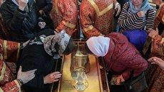 Верующие поклоняются ковчегу с мощами святителя Николая Чудотворца в храме Христа Спасителя в Москве. Архивное фото
