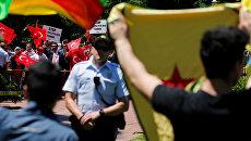 Группа про-эрдоганских демонстрантов выкрикивает лозунги группе анти-эрдоганских курдов в США. Архивное фото