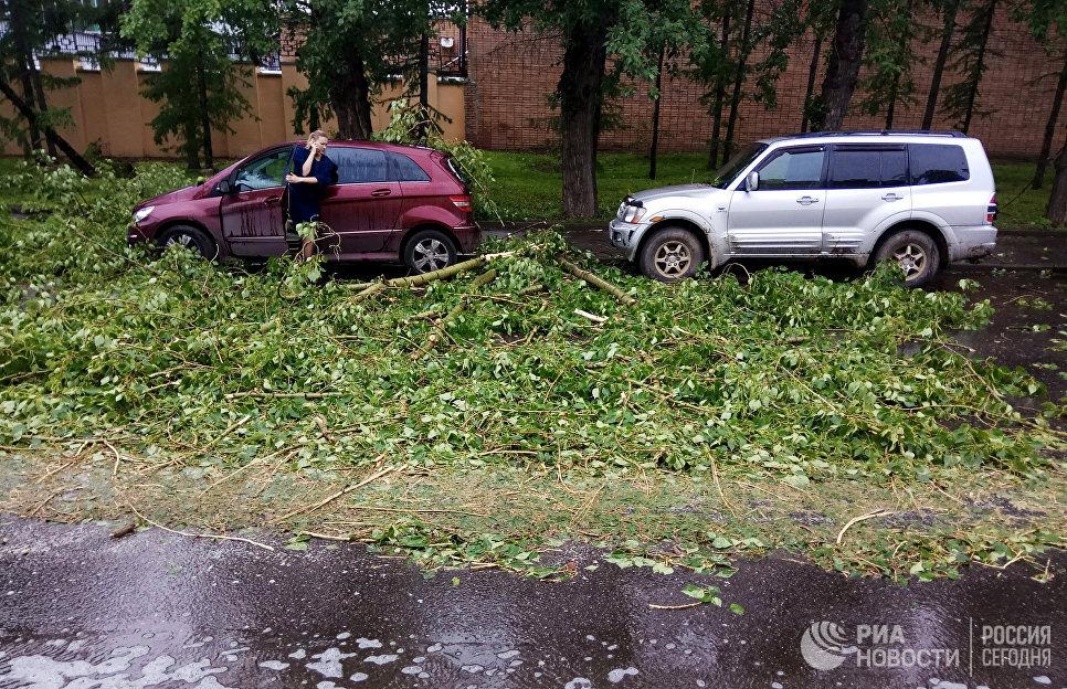 Автомобили, пострадавшие в результате урагана в Москве