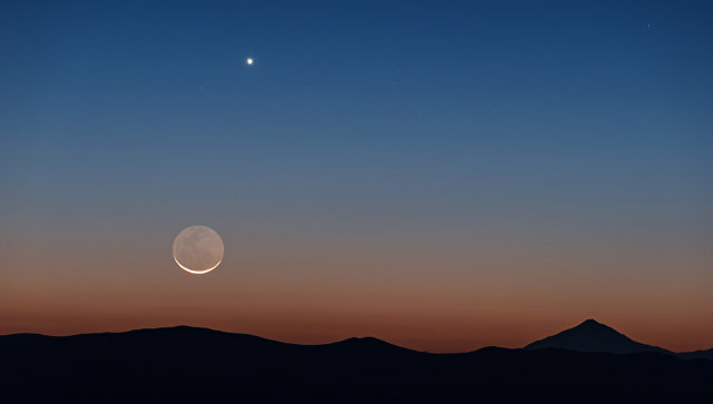 Снимок Луны и Венеры, сделанный в Паранальской обсерватории в Чили. Архивное фото