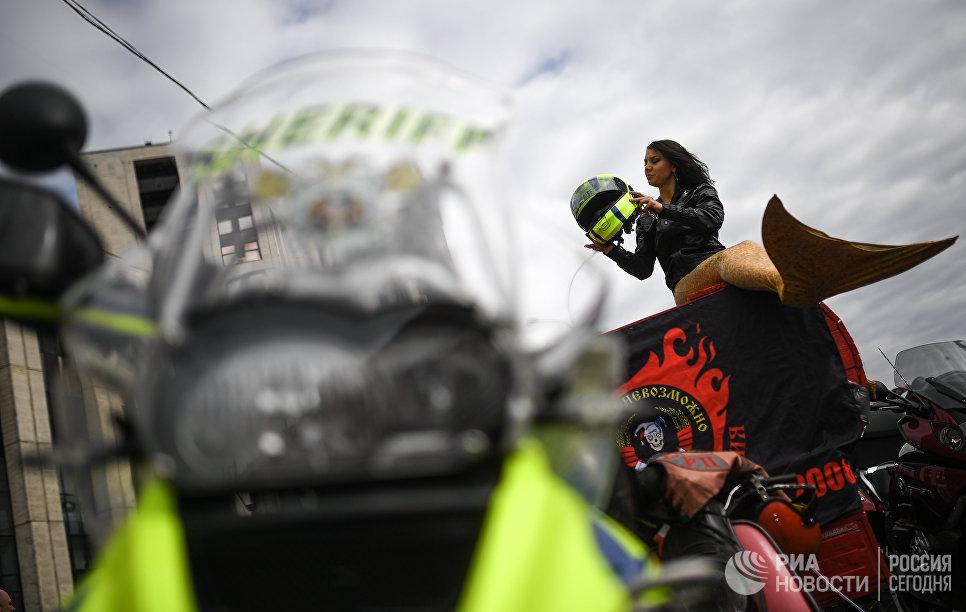 Участница мотофестиваля Москва - город мотоциклистов на проспекте Сахарова в Москве