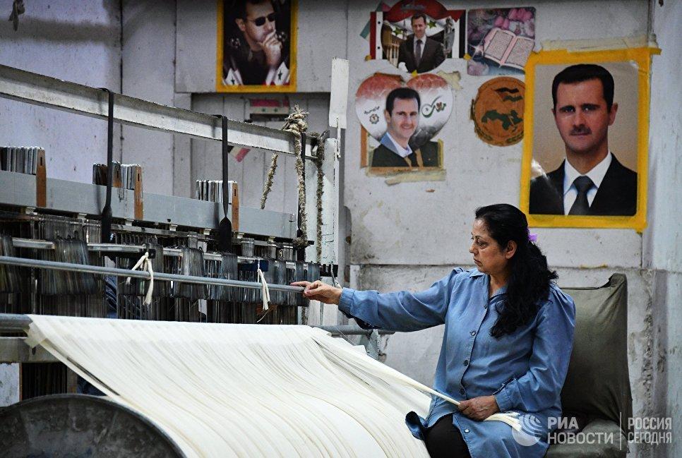 Женщина в цехе государственного завода по изготовлению текстиля в южном пригороде Дамаска