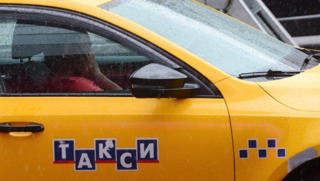Автомобиль такси на улице города. Архивное фото