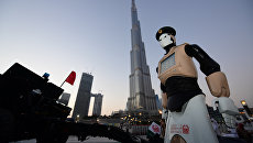 Первый робот-полицейский инспектирует улицу в Дубае
