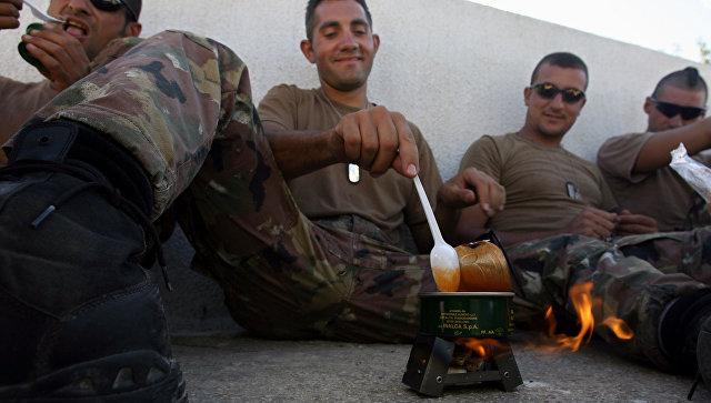Итальянские военные едят консервы на военной базе в Ливане