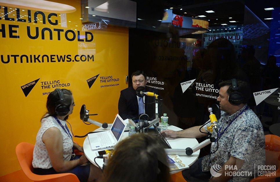 Генеральный директор АО Российский экспортный центр Петр Фрадков (в центре) во время интервью радио Sputnik на Санкт-Петербургском международном экономическом форуме 2017