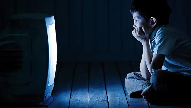 Мальчик смотрит телевизор ночью. Архивное фото
