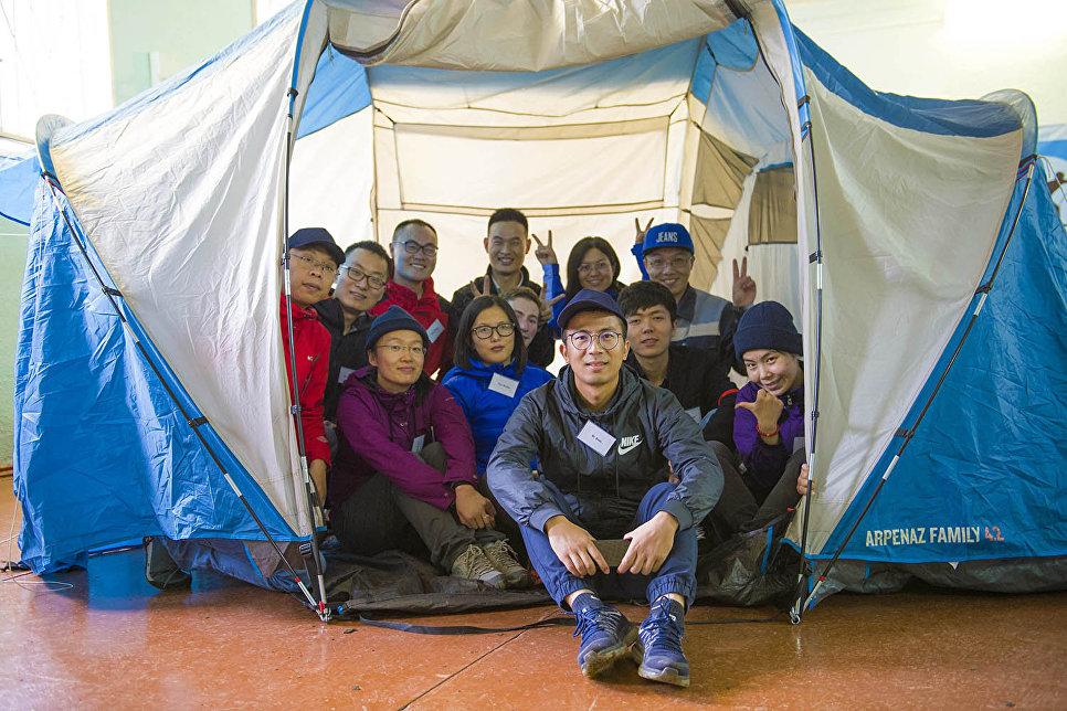 В первый день подготовки к экспедиции молодых ученых научили ставить палатки