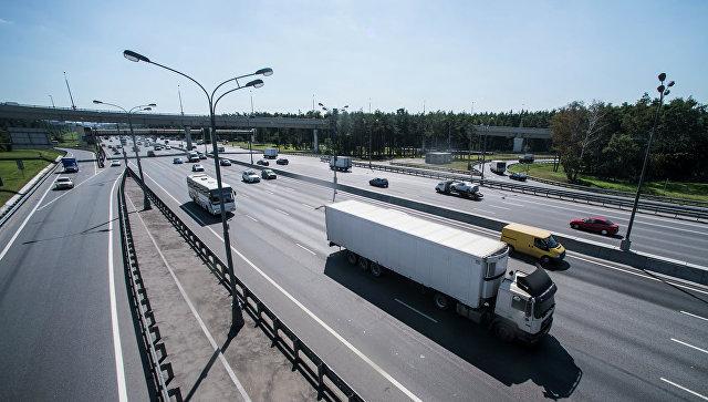Движение транспорта по автомобильной развязке Московской кольцевой автомобильной дороги (МКАД) и Волгоградского проспекта. Архивное фото