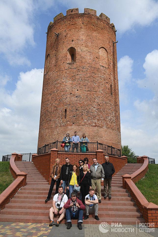 Участники пресс-тура Перспективные направления развития туристического потенциала Союзного государства: опыт Брестской области у Каменецкой башни