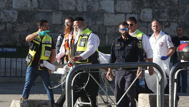 Израильские медики несут раненого. Архивное фото