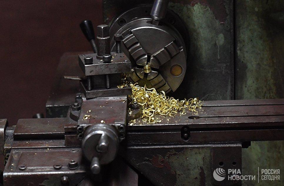 Станок в одном из цехов военного завода по изготовлению патронов в пригороде сирийского города Хама