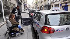 Девушка с ограниченными возможностями готовится к сдаче экзамена по вождению в Париже