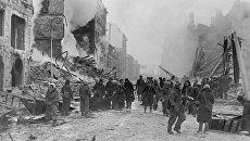 Жители Ленинграда разбирают завалы, тушат пожары после налетов гитлеровской авиации. Ленинград в дни блокады