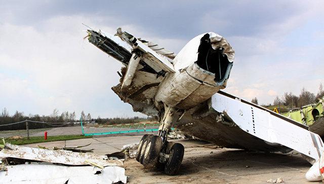 Обломки польского правительственного самолета Ту-154 на охраняемой площадке аэродрома в Смоленске