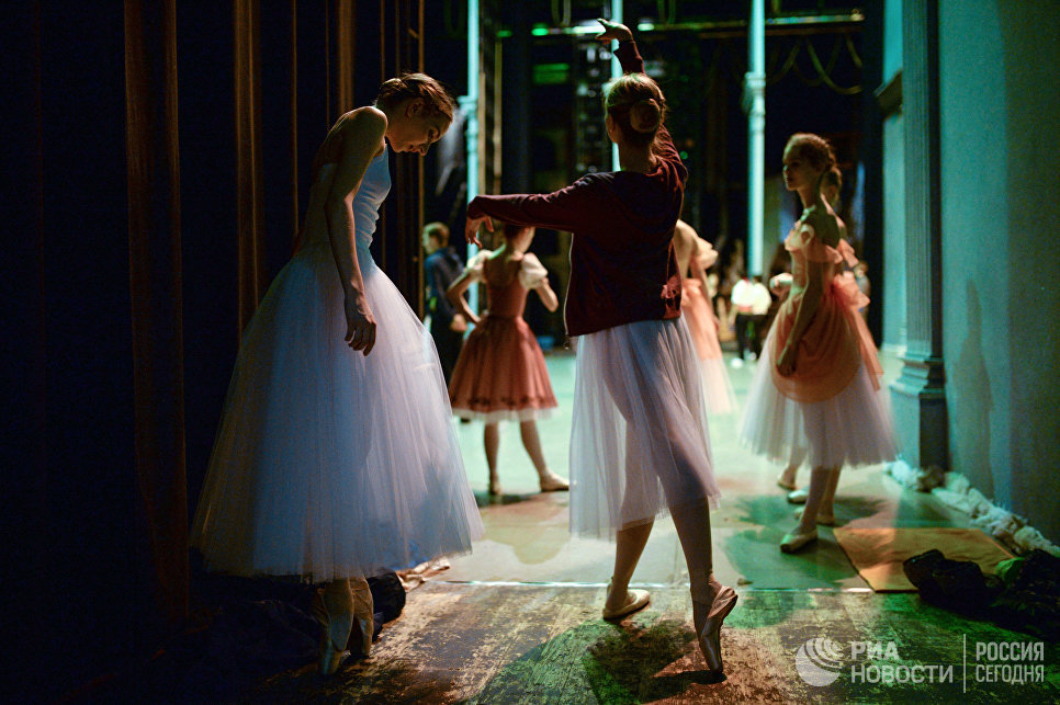 Учащиеся Новосибирского государственного хореографического училища во время репетиции выпускного концерта на большой сцене НОВАТ