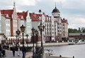 """Горожане гуляют по набережной в городском квартале """"Рыбная деревня"""" в Калининграде"""